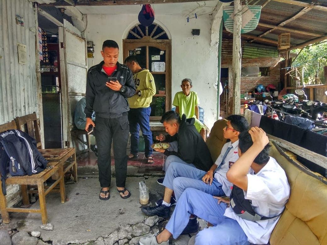 Foto ini adalah Salah Petugas Intelegent Kami yang sedang mencari para Pelajar yang membolos saat jam pelajaran