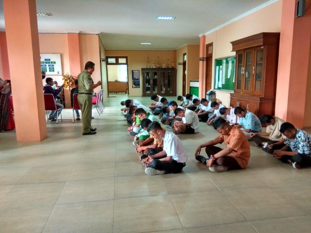 Setelah Dilakukan Tes Urine, Kemudian Pelajar diberi Motivasi kalbu oleh Bapak Heri Suparman, S.Sos Selaku Motivator Satpol PP